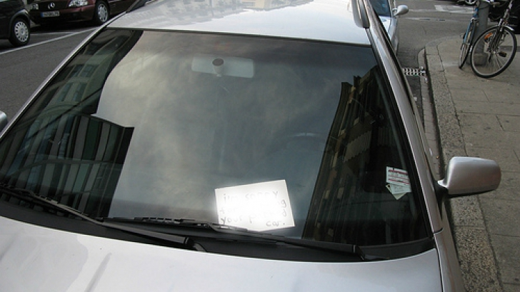 Un șofer a găsit un bilețel jignitor pe parbriz. Ce a răspuns e de-a dreptul amuzant