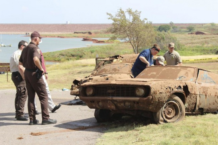 Au pescuit din lac 2 mașini vechi, dispărute acum 40 de ani. Au deschis ușile și s-au îngrozit