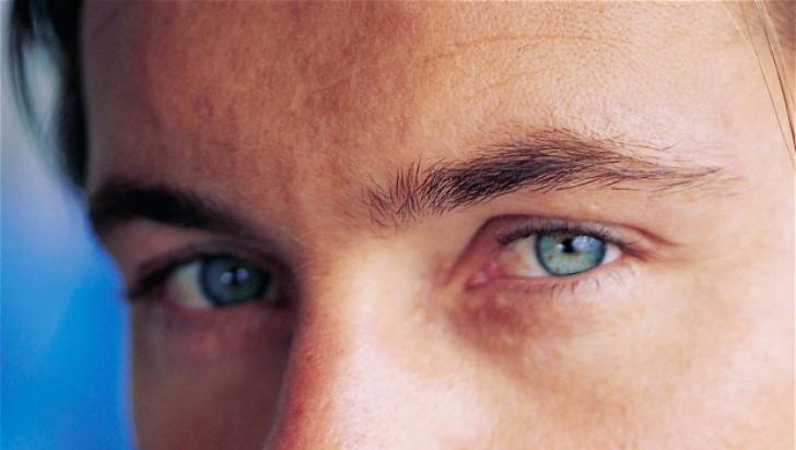 Uită-te 10 minute în ochii cuiva! Ce urmează te va îngrozi