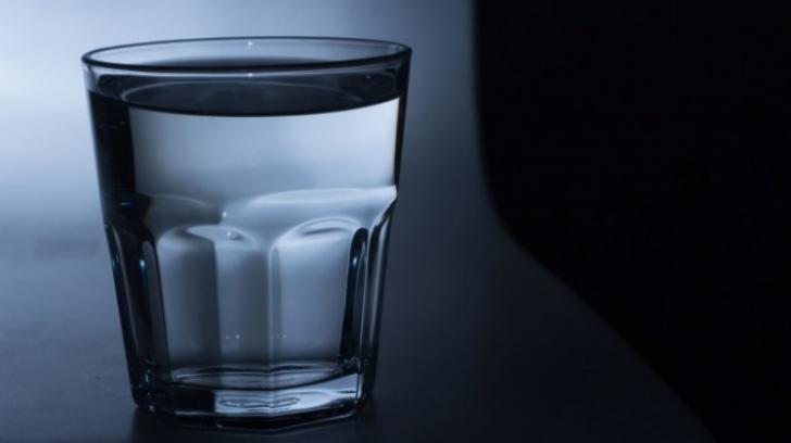 De ce să nu bei niciodată apa lăsată în pahar peste noapte