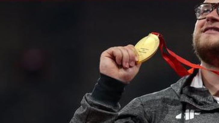 Un celebru sportiv şi-a plătit cursa cu taxiul cu o medalie de aur. Ce s-a întâmplat apoi