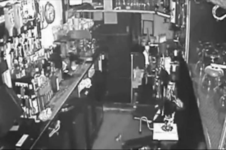 S-au uitat pe camerele de supraveghere din bar. Nu le-au crezut ochilor ce văd în imagini