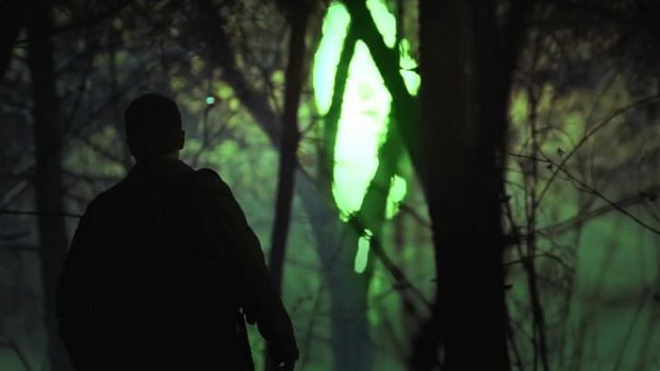 Mergea prin pădure, când a auzit zgomote în spate. Când s-a întors, a îngheţat! Era cât un câine!