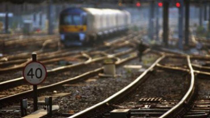 Trenuri blocate în stații din cauza unui incendiu izbucnit la locomotiva unui mărfar, în Hunedoara