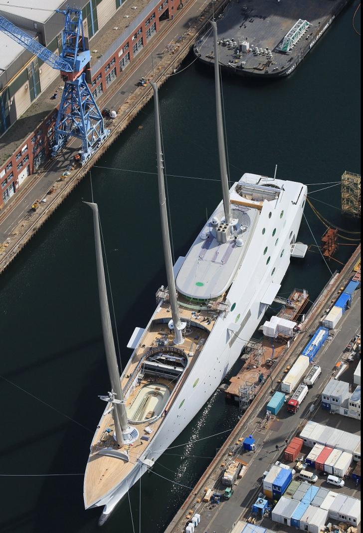 Cel mai mare iaht din lume a fost lansat la apă. Cum arată ambarcațiunea de lux de 400 de milioane $