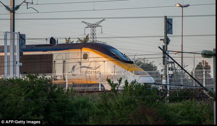 Tunelul Canalului Mânecii, blocat de imigranţi! Aceştia au blocat şinele şi s-au urcat în trenuri!