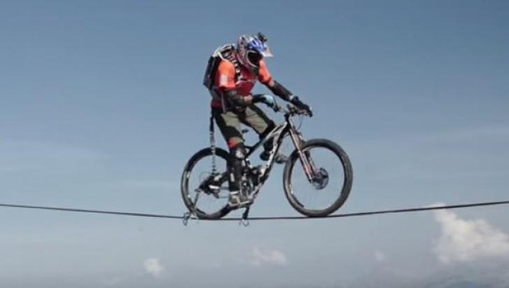 A intrat în Cartea Recordurilor: a mers cu bicicleta pe o frânghie întinsă în munţii Alpi