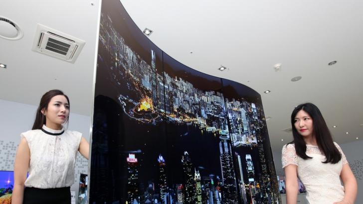 Televizorul cu două ecrane şi diagonala de 111 inch