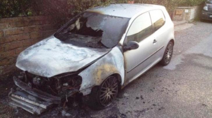 Trei maşini cu numere româneşti, incendiate în Italia. Care este reacţia MAE