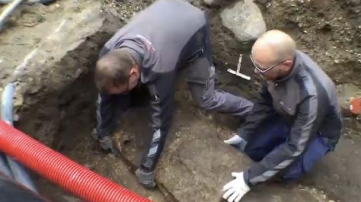 Au deschis un sicriu vechi, îngropat sub o biserică. Ce era în el i-a uimit şi pe arheologi