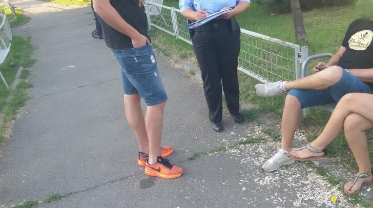 Au fost prinşi de poliţişti în timp ce aruncau pe jos coji de seminţe. Cum au fost pedepsiţi
