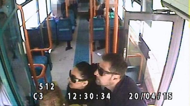 Trei români, filmaţi în timp ce jefuiau o bătrână în Marea Britanie. Totul s-a petrecut în autobuz