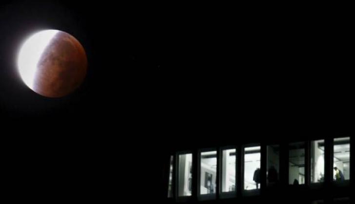 Luna sângerie, fenomenul care a avut loc azi-noapte. Fotogalerie spectaculoasă