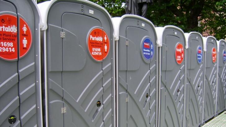 O toaletă ecologică a fost mutată dintr-un loc în altul cu tot cu femeia care o folosea