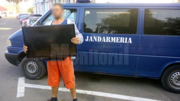 Un sucevean a fost văzut în timp ce transporta un televizor. Ce au aflat jandarmii care l-au oprit