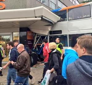 Autobuzul groazei. Şoferul a pierdut controlul şi a întrat într-un supermaket. 2 morţi şi 6 răniţi