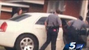 Polițiștii au văzut o mașină oprită pe marginea drumului. Când au deschis portiera, au încremenit