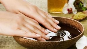 Ce se întâmplă dacă ții mâinile în oțet cu apă? Efectul este miraculos