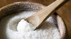Vindecă-ţi întregul corp consumând pe stomacul gol un pahar de apă călduţă cu sare de mare