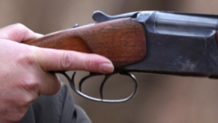 Un băcăuan s-a împuşcat accidental cu arma de vânătoare. Ce făcea când s-a petrecut totul