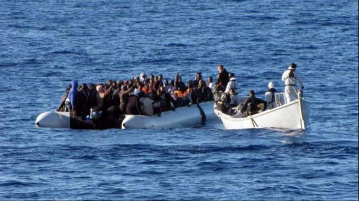 Migranți pe mare - imagine cu notă sugestivă