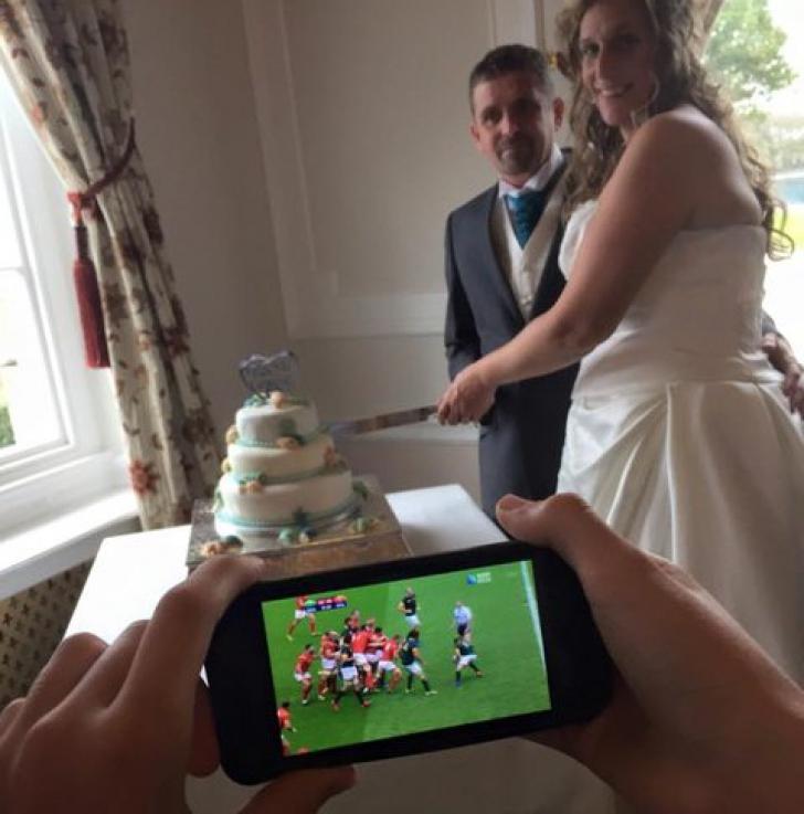 L-au rugat pe fiul lor să le facă o fotografie de nuntă. Ce-a ieșit, însă, întrece orice imaginație