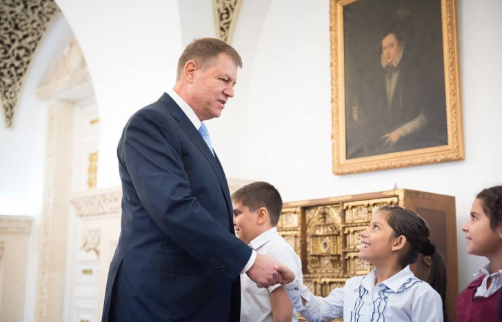 Klaus Iohannis, fotografii emoţionante alături de copiii care au părinţii plecaţi în străinătate