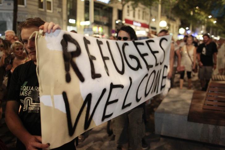 """Viena: Zeci de mii de oameni au scandat """"Bun venit refugiaților!"""""""