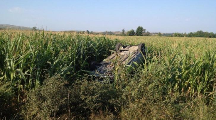 Accident grav. S-au răsturnat cu maşina pe câmp. Au supravieţuit într-un mod miraculos