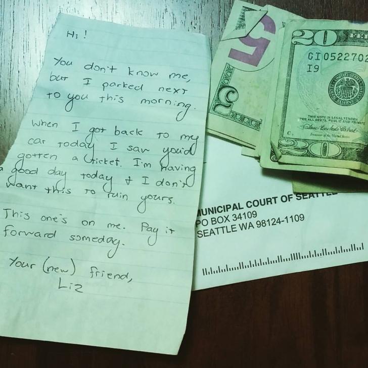 S-a întors la mașină și a găsit sub ștergător două bancnote și un mesaj incredibil. Ce spunea