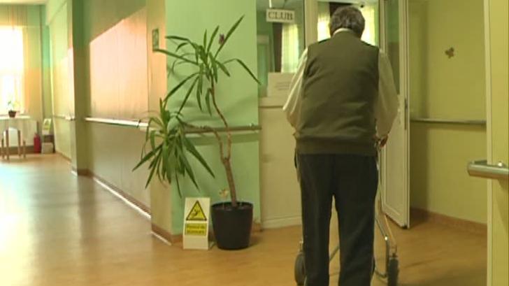 Bătrânii României, uitaţi de Guvern. Liste de aşteptare pentru un loc la un cămin