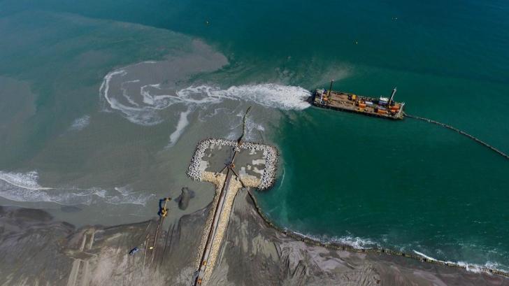 VIDEO spectaculos. Cum s-au extins spre mare plajele de la Constanța
