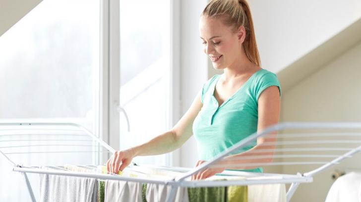 Îți usuci rufele în casă? Uite cât de rău te poți îmbolnăvi