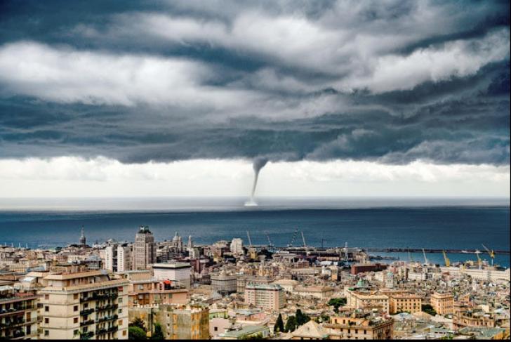 """Nori apocaliptici surprinși în Genova. Localnicii sunt șocați: """"Dumnezeu vrea să ne pedepsească"""""""