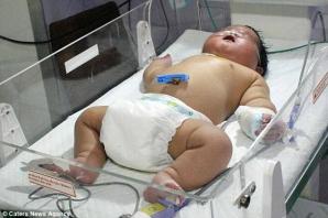 A născut un bebeluş gigant. Arată ca un copil de 7 luni. Iată câte kilograme are