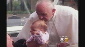 Vindecarea miraculoasă. Tumoarea fetiţei sărutate pe cap de Papa Francisc a dispărut