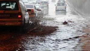 Traficul rutier, oprit în Mogoşoaia. Un pasaj este inundat