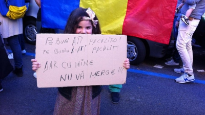 Mesajul ei face furori pe Facebook. Ce scrie pe pancarta unui copil care protestează pentru Colectiv