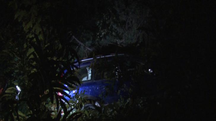 Trei persoane au căzut cu maşina într-o râpă adâncă de 15 metri