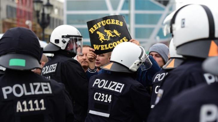 """Manifestație anti-refugiați la Berlin. Angela Merkel, catalogată drept """"trădătoare a poporului"""""""