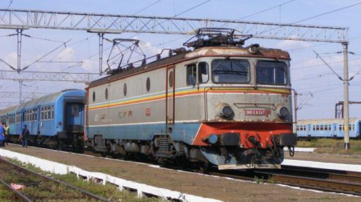 Un autobuz cu 20 de pasageri a fost lovit de un tren, în Neamț