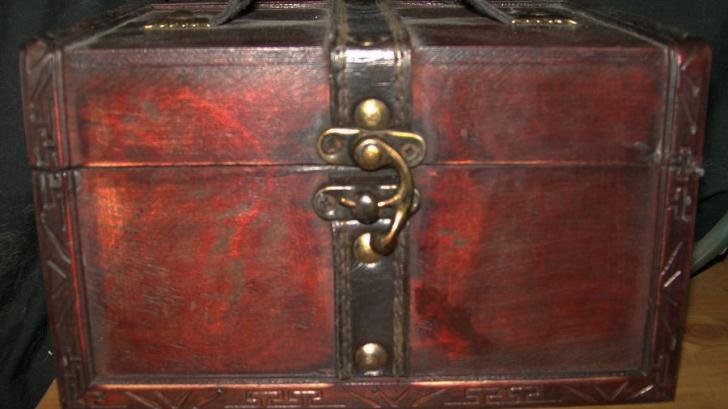 Descoperire uluitoare într-un cufăr vechi de peste 300 de ani. Ce au văzut cei care l-au deschis