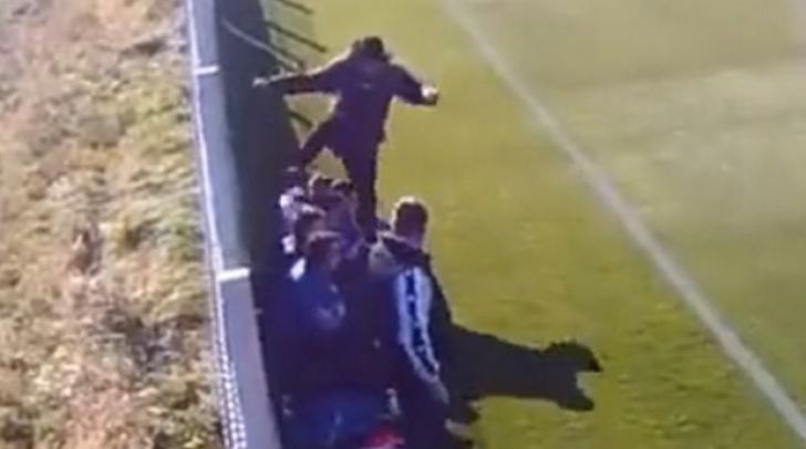 Se întâmplă în România. Un antrenor şi-a bătut elevul cu piciorul în faţă, pe marginea terenului