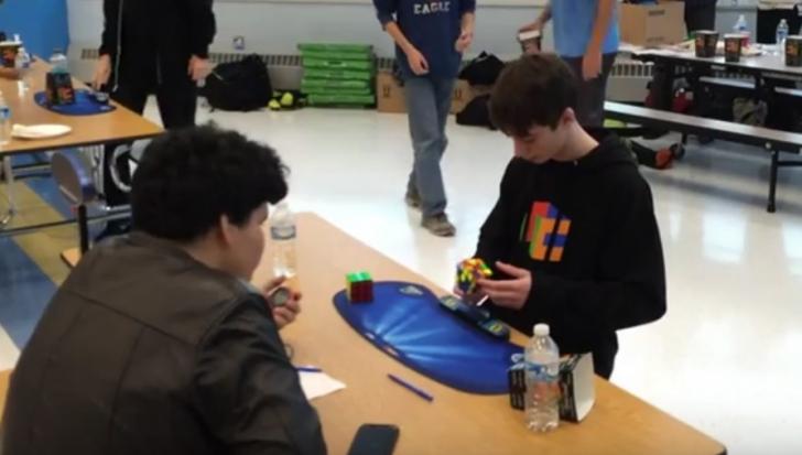 Record mondial uluitor: în câte secunde a rezolvat acest puşti un Cub Rubik