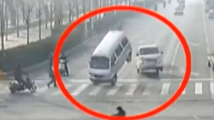 A fost elucidat misterul maşinilor care au levitat într-o intersecţie din China