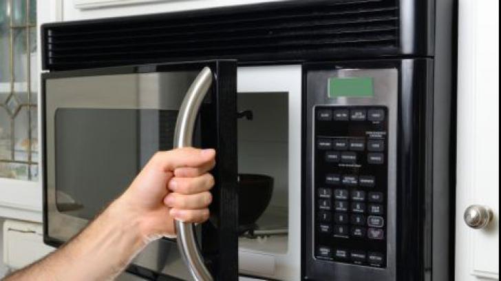 Adevărul despre cuptorul cu microunde. Cât de nociv este de fapt