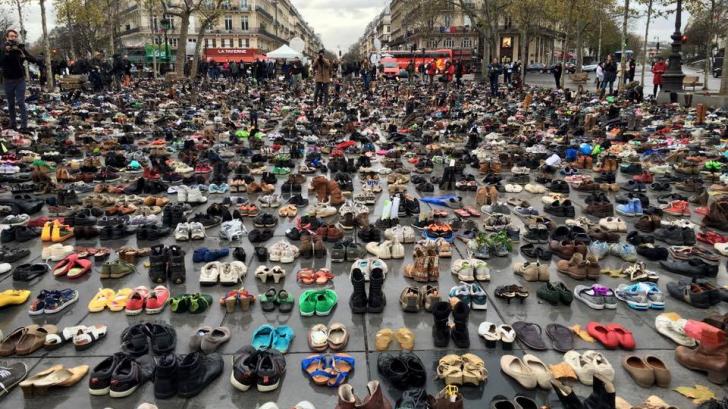Mii de perechi de pantofi au invadat o piață din Paris. Ce simbolizează
