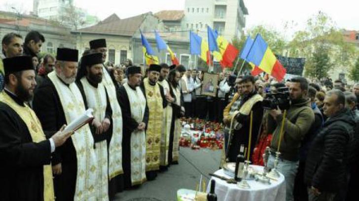 Parastas de nouă zile, în fața clubului Colectiv. 15 preoţi au oficiat slujba de pomenire