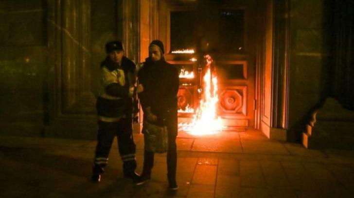 Un activist rus a incendiat intrarea în fostul sediu al KGB. Ce s-a întâmplat apoi