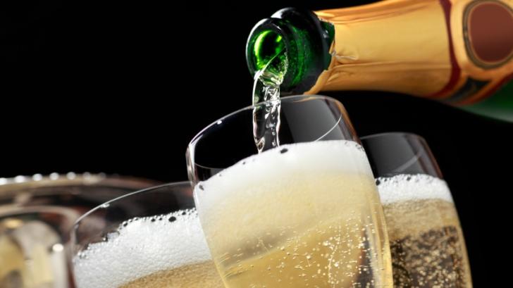 Anunţul neaşteptat al cercetătorilor: ce se întâmplă dacă bei trei pahare de şampanie pe zi